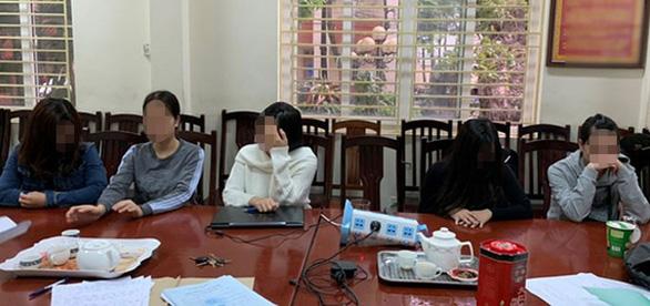 4 nữ nhân viên khỏa thân khi massage cho khách nam - Ảnh 1.