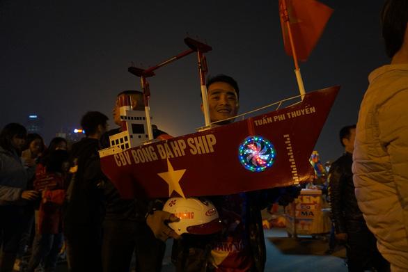 Vác du thuyền đi cổ vũ đội tuyển U23 Việt Nam - Ảnh 2.