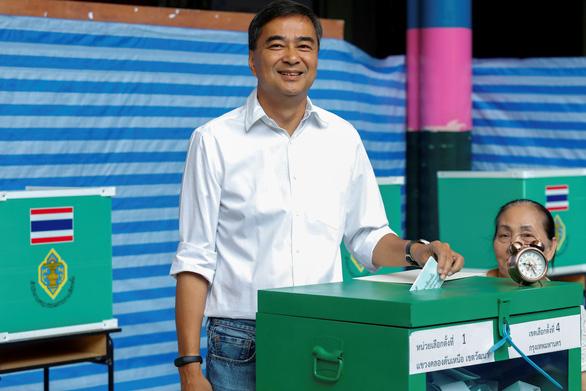 Cựu thủ tướng Thái Abhisit từ chức lãnh đạo đảng sau thất bại bầu cử - Ảnh 2.