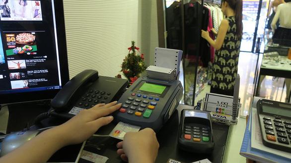 Rủ nhau xài thẻ để hưởng khuyến mãi của ngân hàng  - Ảnh 1.