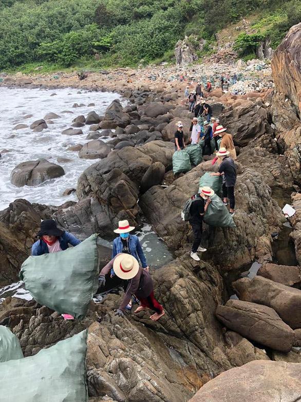 Lãnh đạo Đà Nẵng tuyên dương nhóm bạn trẻ dọn rác ở bãi Đá Đen - Ảnh 3.