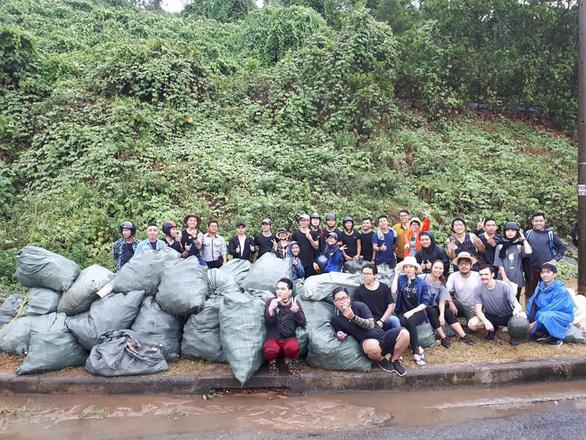 Hàng chục bạn trẻ leo lên bãi rác khủng ở Đá Đen dọn rác trong mưa - Ảnh 7.