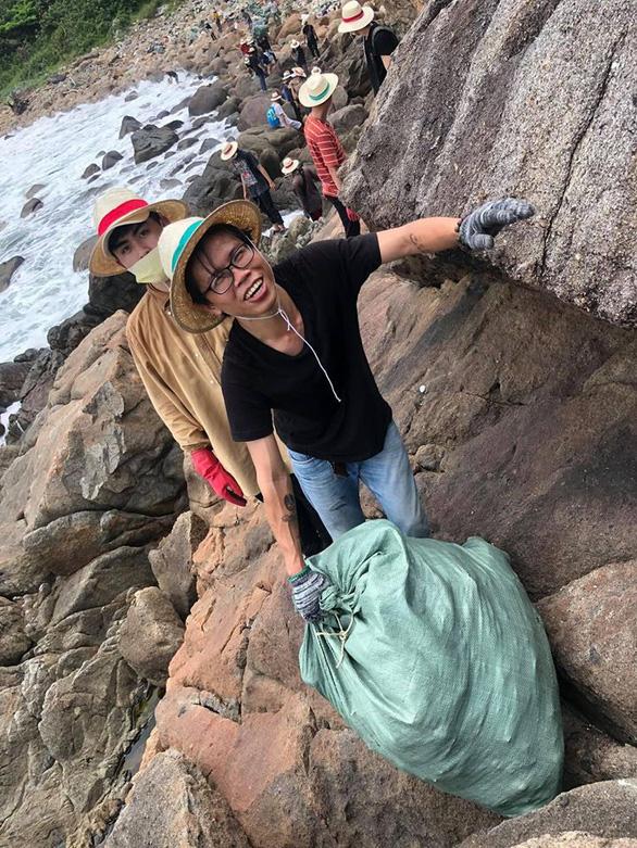 Hàng chục bạn trẻ leo lên bãi rác khủng ở Đá Đen dọn rác trong mưa - Ảnh 4.