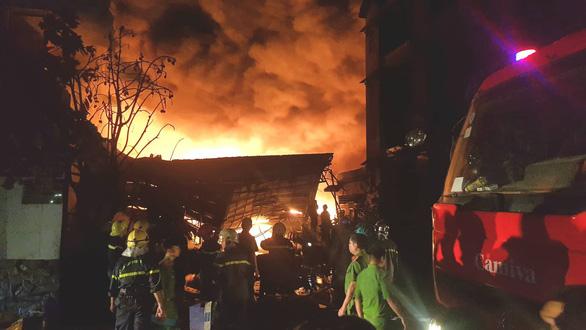 172 cảnh sát 10 đơn vị chữa cháy kho dầu chai, nhựa thông trong đêm - Ảnh 1.