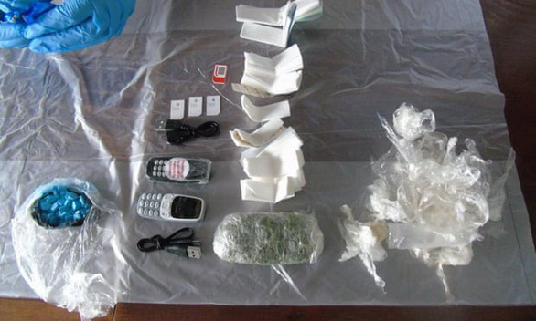 Ném chuột chết chứa ma túy, điện thoại trong bụng tuồn vô nhà tù - Ảnh 1.