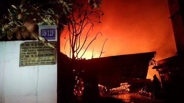 172 cảnh sát 10 đơn vị chữa cháy kho dầu chai, nhựa thông trong đêm - Ảnh 2.