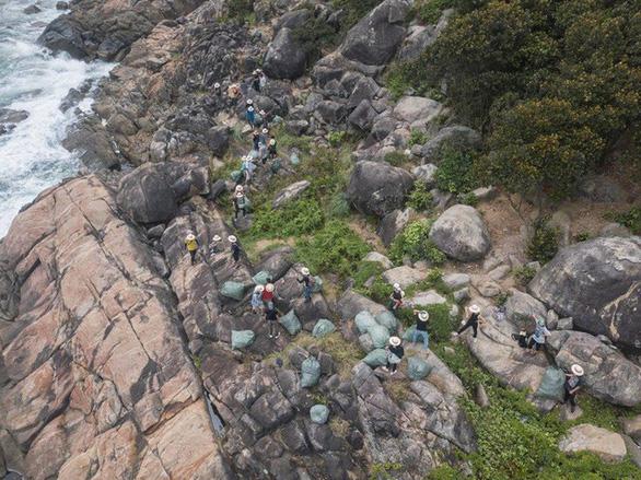Lãnh đạo Đà Nẵng tuyên dương nhóm bạn trẻ dọn rác ở bãi Đá Đen - Ảnh 4.
