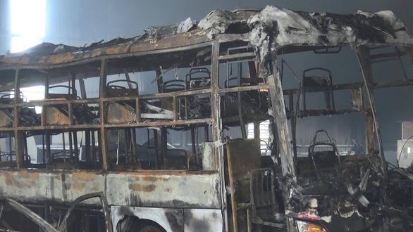 Lửa bất ngờ bao trùm garage, 1 xe đò và 4 xe hơi cháy trơ khung - Ảnh 2.