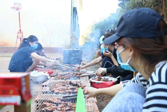 Một năm tôi tham gia chương trình thiện nguyện hai lần với CLB REC. Trong ảnh: chuẩn bị 500 phần ăn cho học sinh Ninh Thuận