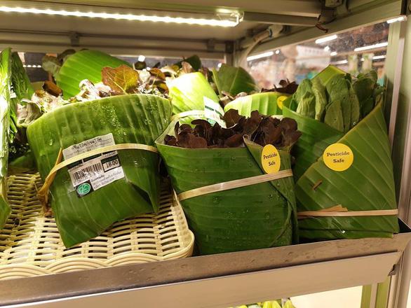 Siêu thị Thái Lan dùng lá chuối gói thực phẩm - Ảnh 4.