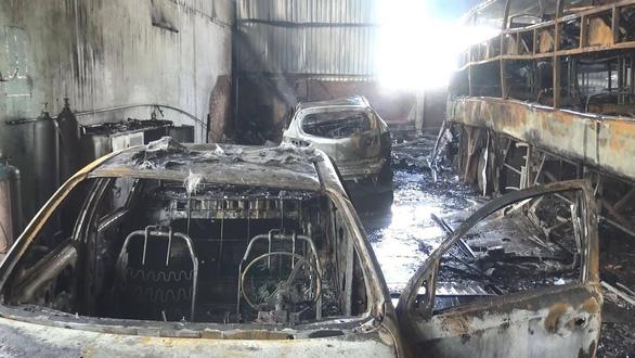 Lửa bất ngờ bao trùm garage, 1 xe đò và 4 xe hơi cháy trơ khung - Ảnh 3.