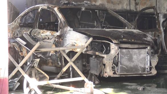 Lửa bất ngờ bao trùm garage, 1 xe đò và 4 xe hơi cháy trơ khung - Ảnh 4.