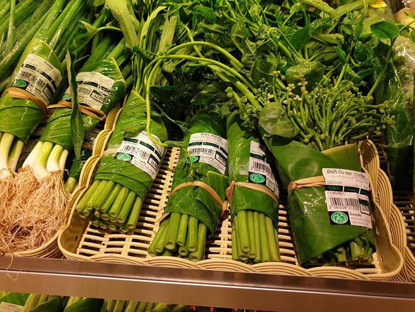 Siêu thị Thái Lan dùng lá chuối gói thực phẩm - Ảnh 1.