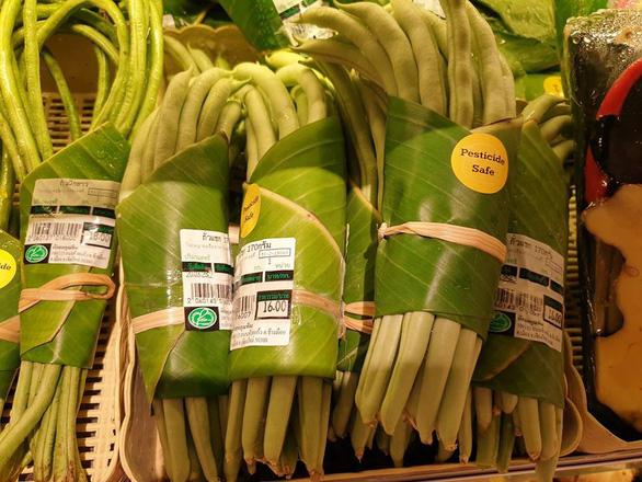 Siêu thị Thái Lan dùng lá chuối gói thực phẩm - Ảnh 5.