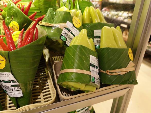 Siêu thị Thái Lan dùng lá chuối gói thực phẩm - Ảnh 6.