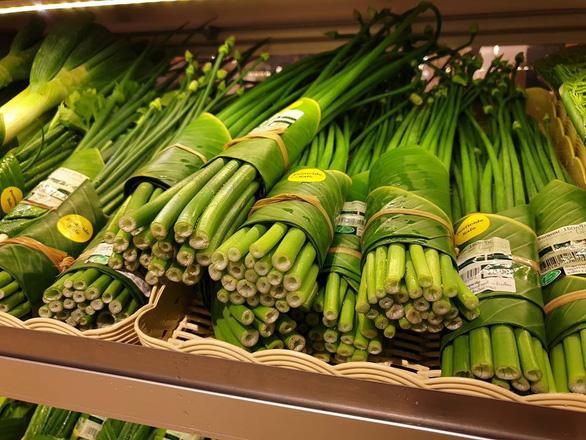 Siêu thị Thái Lan dùng lá chuối gói thực phẩm - Ảnh 7.