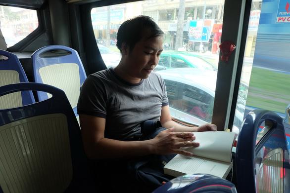 Đi xe buýt, bạn trẻ thảnh thơi giữa dòng xe máy ngược xuôi - Ảnh 1.