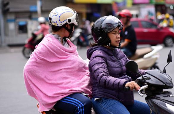 Trưa 27-3 Sài Gòn chói chang tia cực tím, làm gì để tránh ung thư? - Ảnh 1.