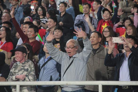 Cổ động viên vỡ òa trong chiến thắng của U23 Việt Nam - Ảnh 4.