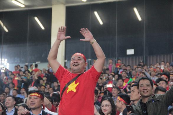 Cổ động viên vỡ òa trong chiến thắng của U23 Việt Nam - Ảnh 5.