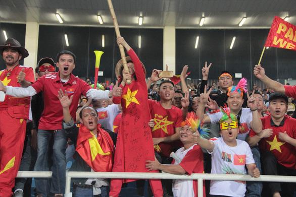Cổ động viên vỡ òa trong chiến thắng của U23 Việt Nam - Ảnh 6.
