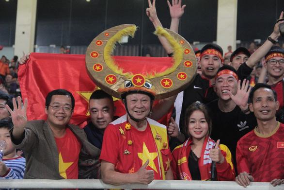Cổ động viên vỡ òa trong chiến thắng của U23 Việt Nam - Ảnh 8.