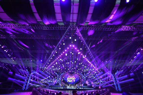 Nghệ sĩ vừa đoạt Grammy trình diễn chung sân khấu với Đông Nhi, Trấn Thành - Ảnh 7.