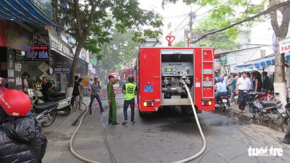 Nam thanh niên liều mình lao vào đám cháy cứu 2 cụ già - Ảnh 2.