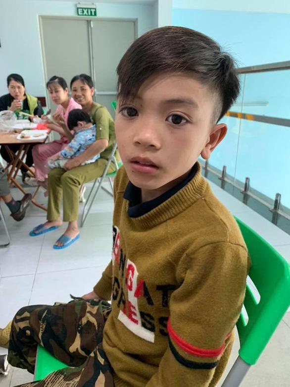 Cậu bé 13 tuổi đạp xe hơn 100km từ Tây Bắc về Hà Nội thăm em - Ảnh 2.
