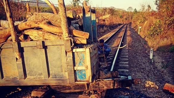 Ngành đường sắt chi ngàn tỉ ngăn tai nạn ở đường ngang, lối mở - Ảnh 1.