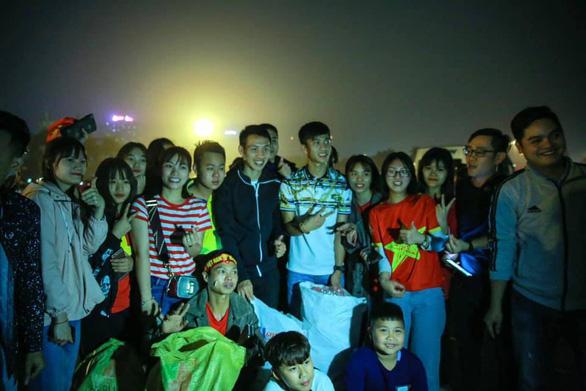 Văn Đức, Hùng Dũng nhặt rác ở Mỹ Đình sau chiến thắng U23 Thái Lan - Ảnh 1.
