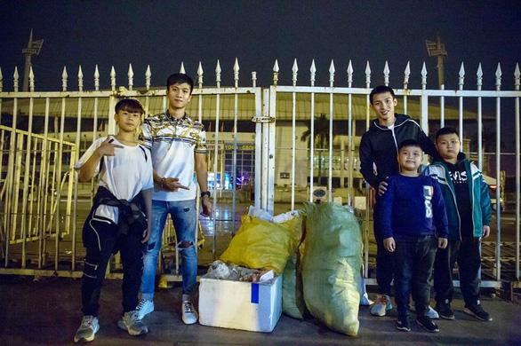Văn Đức, Hùng Dũng nhặt rác ở Mỹ Đình sau chiến thắng U23 Thái Lan - Ảnh 2.