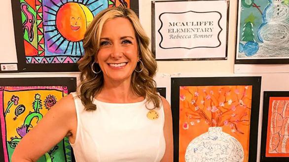 Cô giáo diện váy do học sinh vẽ nguệch ngoạc gây sốt mạng - Ảnh 2.