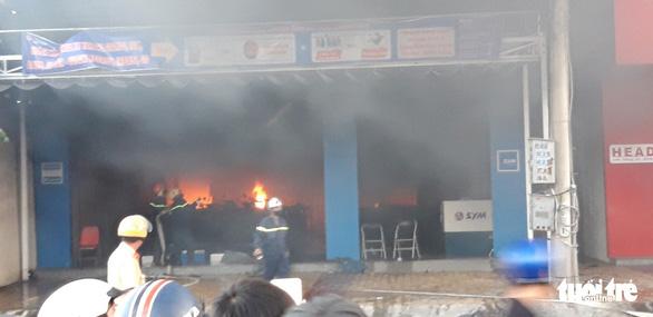 Tiền Giang: Cháy lớn tại cửa hàng xe gắn máy, nhiều xe bị thiêu rụi - Ảnh 4.