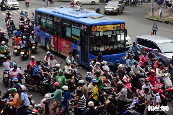 Đi xe buýt, bạn trẻ thảnh thơi giữa dòng xe máy ngược xuôi - Ảnh 2.