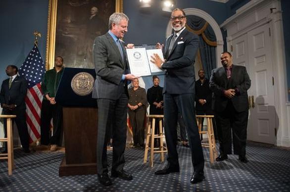 Chính trị gia New York cao 2,08m, phá kỷ lục Guinness - Ảnh 1.
