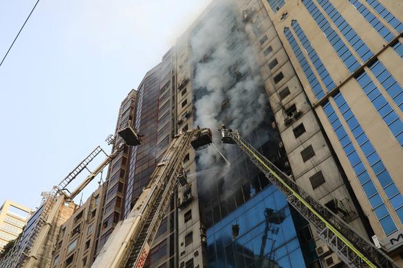 Cháy nhà cao tầng ở Bangladesh, nhiều người nhảy xuống đất tử vong - Ảnh 1.