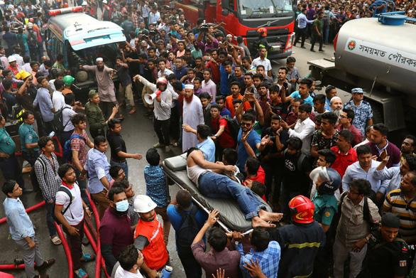 Cháy nhà cao tầng ở Bangladesh, nhiều người nhảy xuống đất tử vong - Ảnh 3.