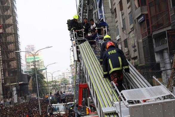Cháy nhà cao tầng ở Bangladesh, nhiều người nhảy xuống đất tử vong - Ảnh 4.