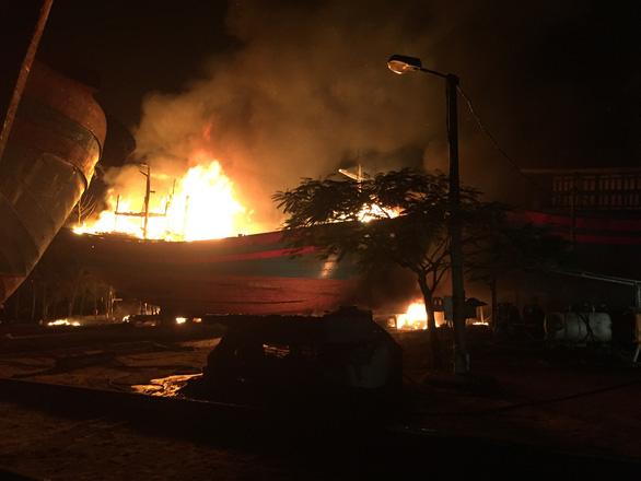 Cháy rụi 2 tàu thu mua hải sản tại Thanh Hóa - Ảnh 1.