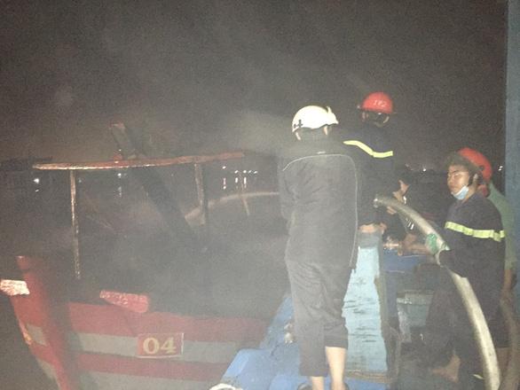 Cháy rụi 2 tàu thu mua hải sản tại Thanh Hóa - Ảnh 2.