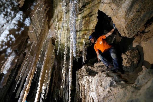 Phát hiện hang động muối dài nhất thế giới - Ảnh 1.