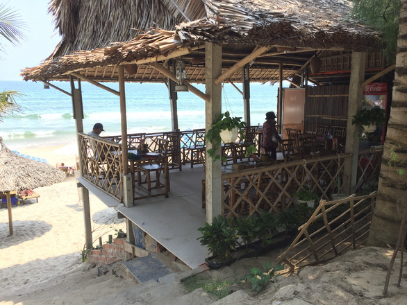 Xâu xé bãi biển An Bàng dựng chòi đón khách - Ảnh 1.