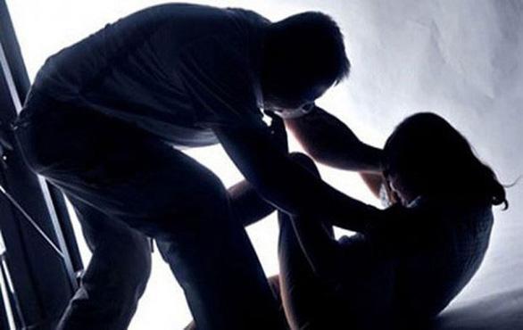 Bắt khẩn cấp nghi phạm hiếp dâm con ruột - Ảnh 1.
