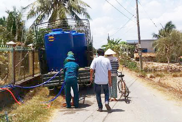 Dời ống nước để thi công, hàng trăm hộ dân mua nước sạch giá 'cắt cổ' - Ảnh 1.
