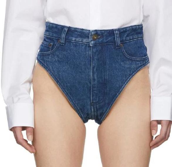 Quần jeans siêu ngắn xấu đau đớn giá 470 đô vẫn cháy hàng - Ảnh 1.