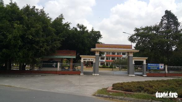 Lập khống hồ sơ, hiệu trưởng Trường THPT Thủ Thừa bị khai trừ Đảng - Ảnh 1.