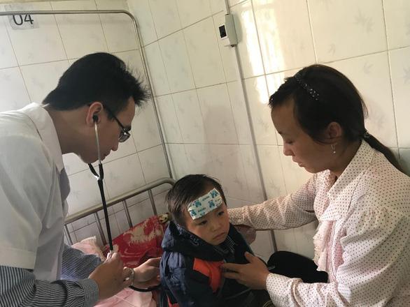 Bác sĩ về huyện nghèo, bệnh nhi hạn chế ở 7 ngày, uống kháng sinh - Ảnh 1.