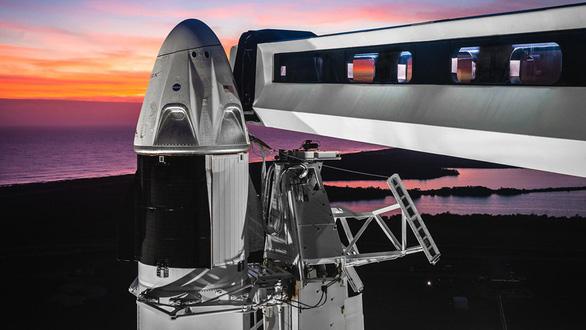 Tàu không gian của tỉ phú Elon Musk lên vũ trụ - Ảnh 1.
