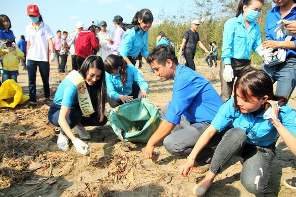 Hoa hậu trái đất Phương Khánh chung tay làm sạch biển - Ảnh 1.
